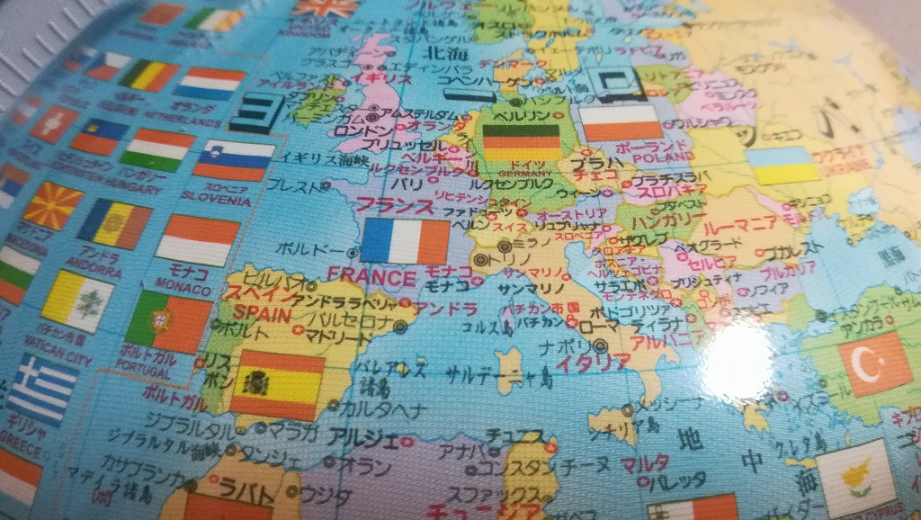 しゃべる国旗つき地球儀 4色問題をクリアしています。