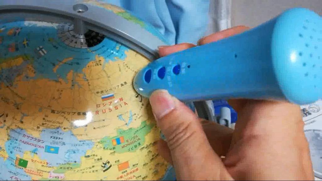 しゃべる国旗つき地球儀 タッチペンを優しくタッチします。
