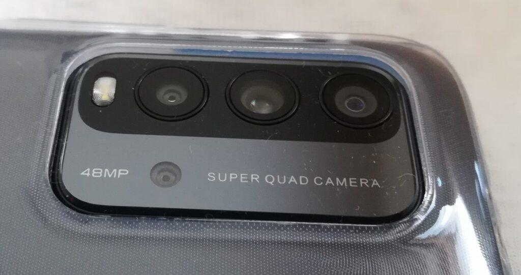 Redmi 9T は、カバーを付けてもカメラ部分が、飛び出ていることが残念です。