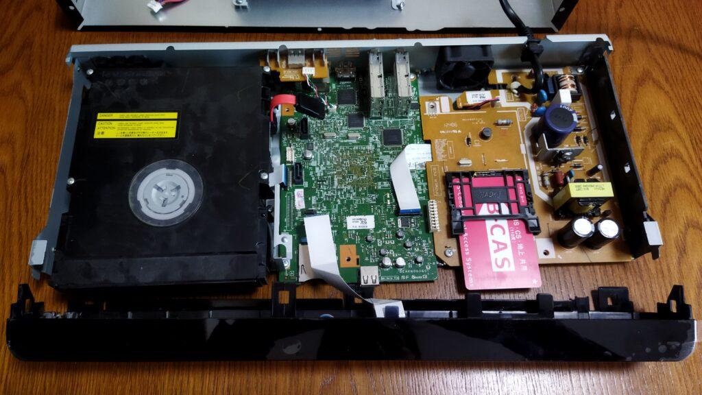東芝ブルーレイ DBR-T350 本体 HDD を外した状態 その2 前面カバーを外したところ