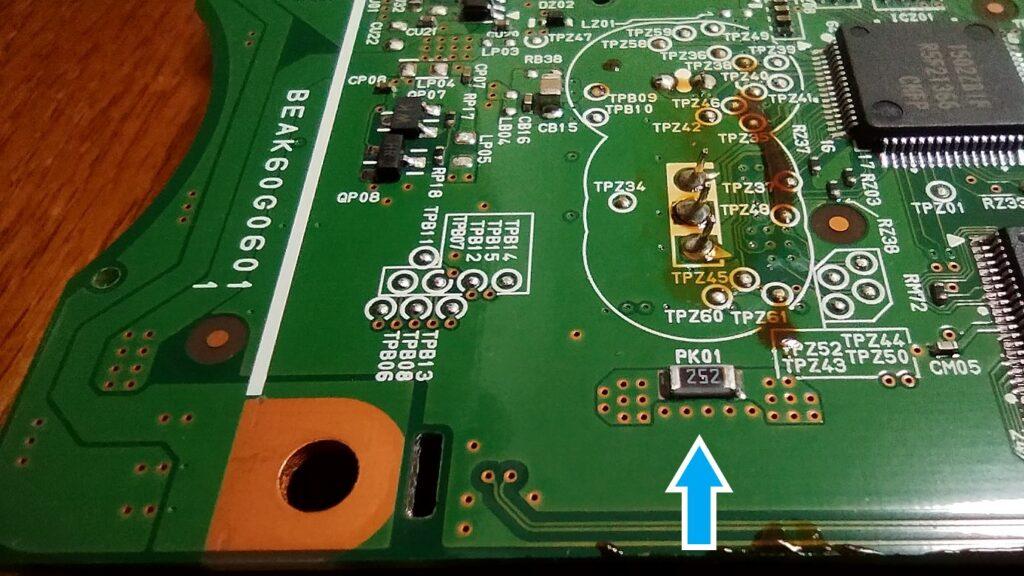 東芝ブルーレイ DBR-T350 基盤の裏側 下の矢印に注目 小さい部品 PK01 252