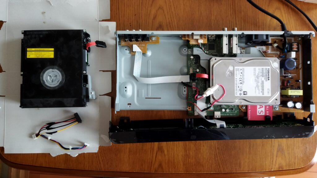 東芝ブルーレイ DBR-T350 HDD SATA ケーブルの取り付け その1