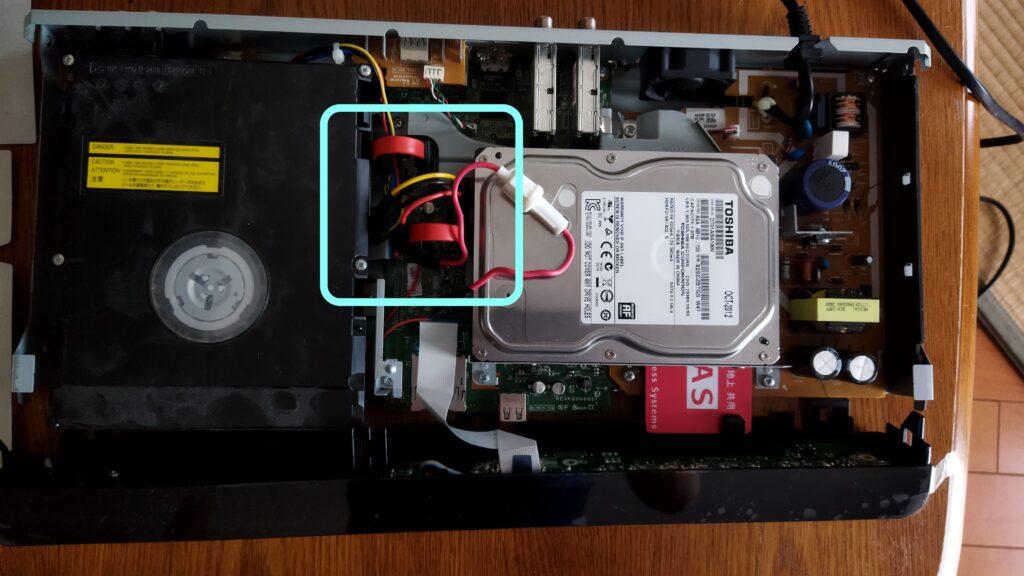 東芝ブルーレイ DBR-T350 HDD SATA ケーブルの取り付け その4