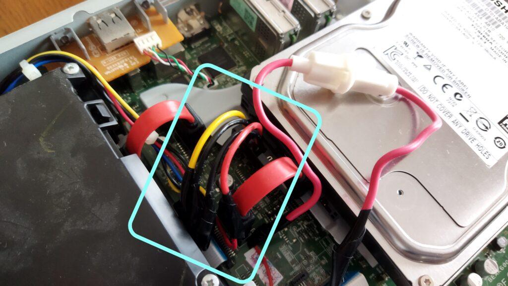 東芝ブルーレイ DBR-T350 HDD SATA ケーブルの取り付け その5